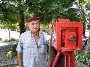 um fotógrafo (com uma máquina antiga)